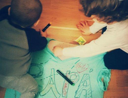 mis hijos con 1 y 3 años dibujando una camiseta con la leyenda PAPÁ con rotuladores para textil