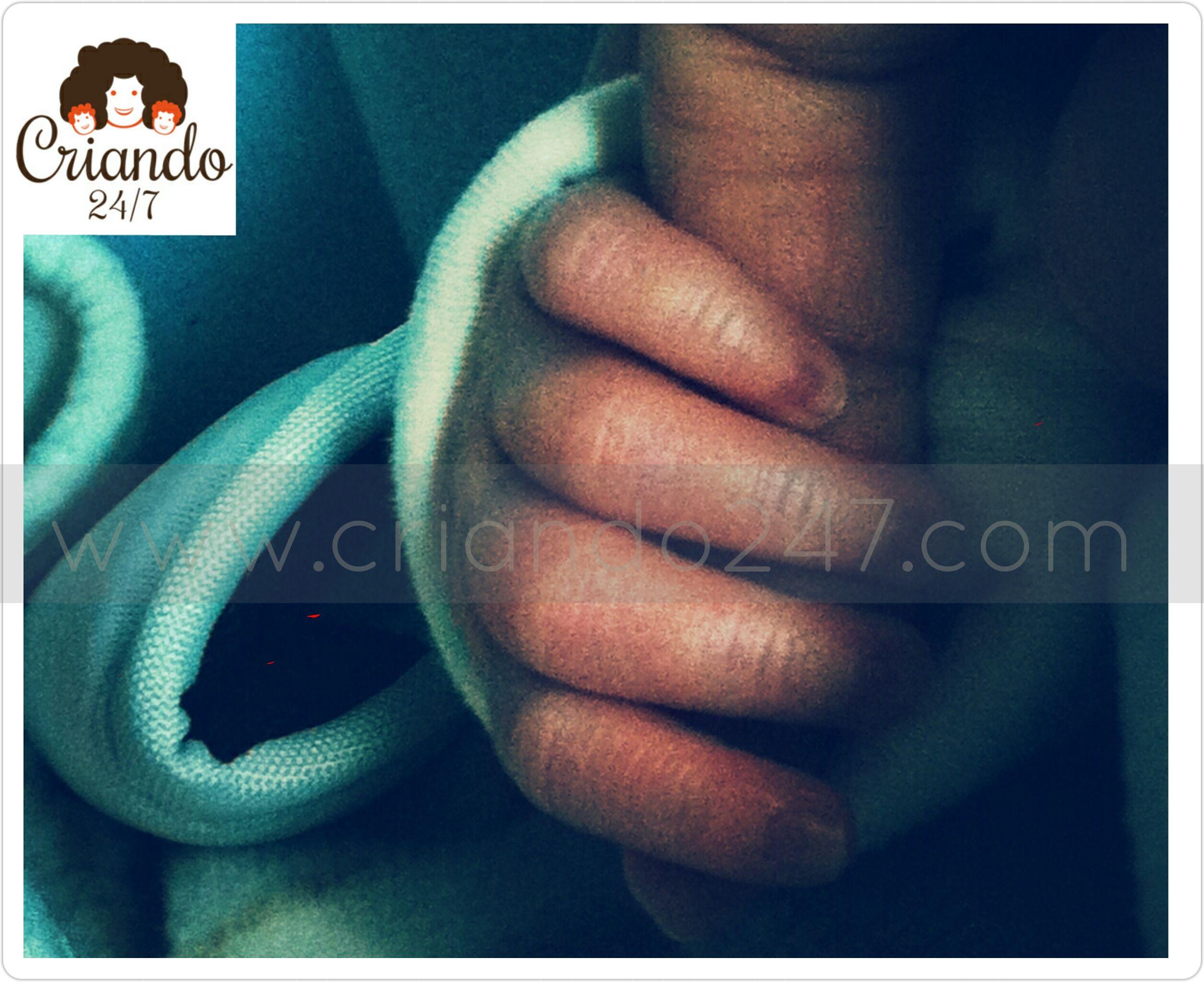 la mano de mi hijo con 15 días de edad, cogiendo mi dedo índice
