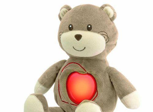 oso de peluche con un corazon rojo luminoso en el pecho