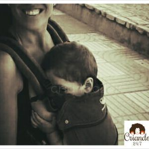 mi hijo pequeño, con 1 año, en la mochila manduca mientras está mamando