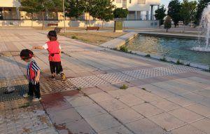 mis hijos disfrazados de piratas por la calle