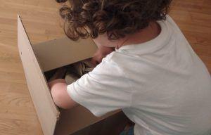 mi hijo de 2 años abriendo una caja de cartón