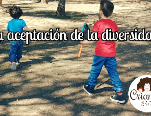 mis hijos de espalda caminando por un bosque. texto: la aceptación de la diversidad. logo de Criando 24/7