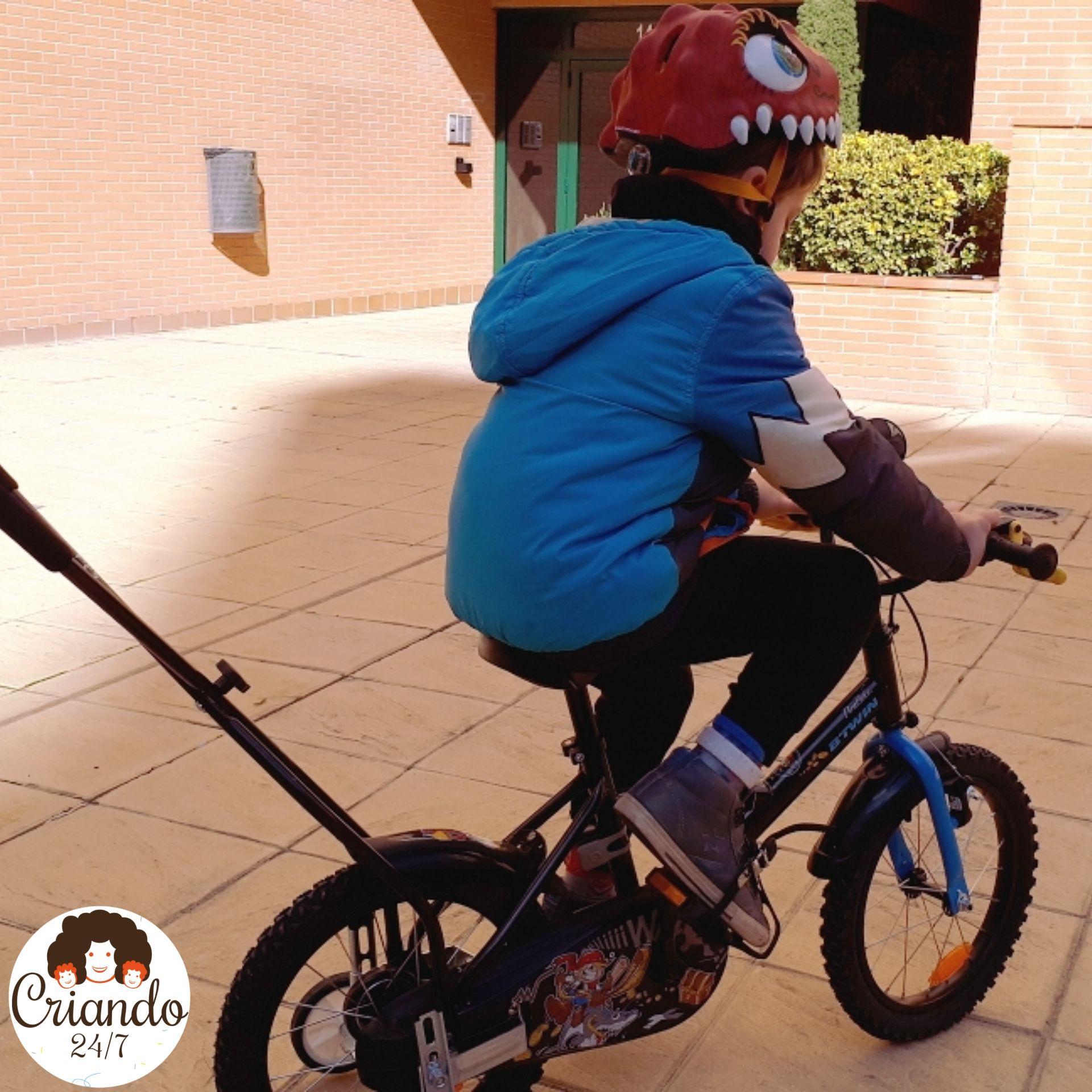 Mi hijo rodando solo su bicicleta por primera vez.