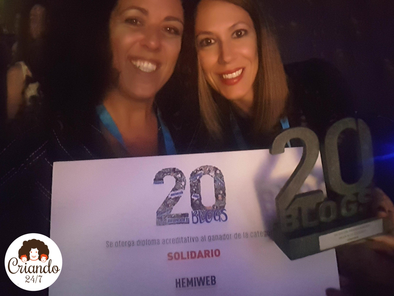 La Dra. Rocío Palomo y Criando 24/7 con el Premio al mejor blog solidario recibido por Hemiweb en los Premios 20 Blogs