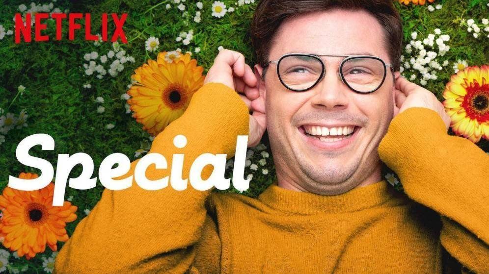 #SeriesDiversas #Criando247 Cartel de Special de Netflix, con su protagonista Ryan Oconell sonriendo recostado en el cesped.