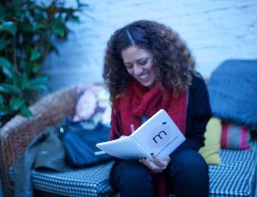 IMG-20Geraldine de criando 24/7 escribiendo en un cuaderno de Madresfera