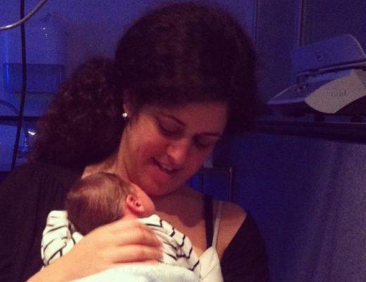 Mi hijo sobre mi pecho, recién nacido, mientras estaba ingresado en la UCIN.