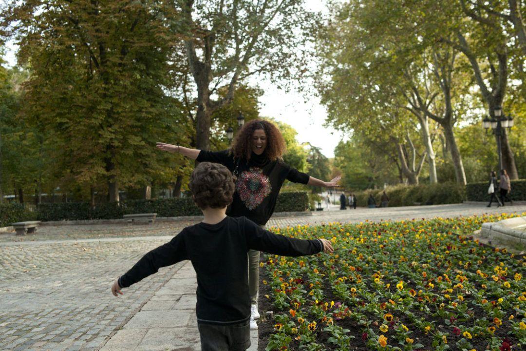 mis hijos de 5 y 7 años y yo caminando por el parque del retiro, en madrid,