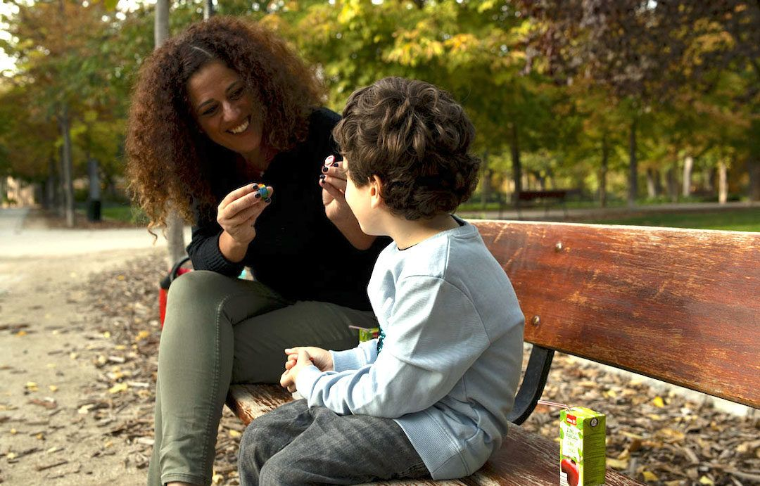 conversando con mi hijo pequeño en el Retiro, sentandos en un banco