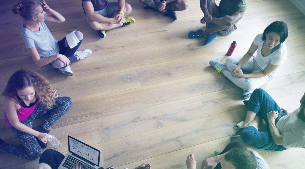personas sentadas en círculo en el suelo