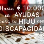 Primer plano de una mano infantil y una de adulta, contando monedas sobre una mesa. Con el texto hasta 10.000€ en ayudas para tu hijo con discapacidad. Logo de Criando 24/7