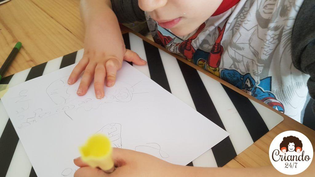 mi hijo de 8 años dibujando sobre un folio blanco. logo de criando 24/7