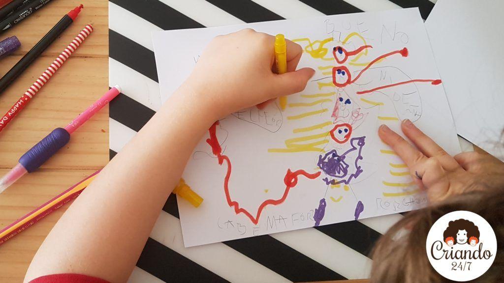 mi hijo de 8 años pintando un dibujo de monstruos. logo de criando 24/7