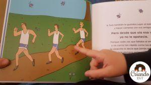 mi hijo señalando un dibujo del cuento donde hay 3 chicos corriendo una carrera