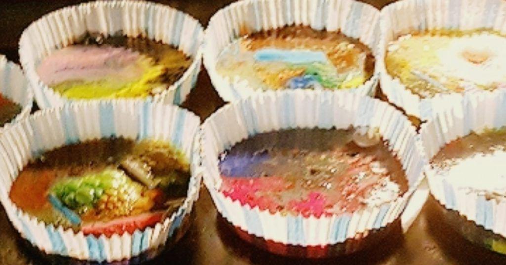 ceras en moldes de papel de muffins dentro del horno derritiendose