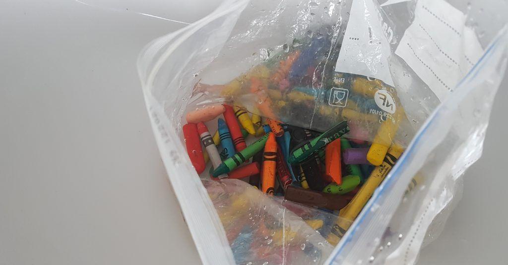 ceras de colores en una bolsa de plastico transparente con agua