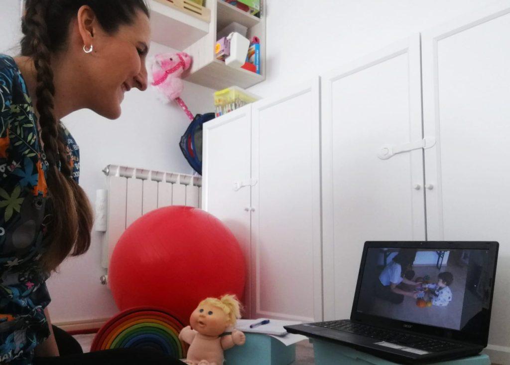 Fisioterapeuta del Centro Iria haciendo una sesion de teleintervencion