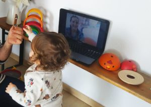 niño pequeño en sesion de teleintervencion con la fisioterapeuta del Centro Iria