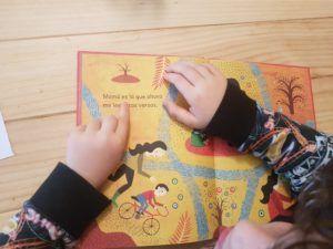 Mi hijo de 6 años leyendo una página del libro Mamá