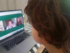 Mi hijo de 8 años en sesión online con sus terapeutas del Centro Iria Marta e Irene.