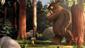 imagen de la pelicula el grufalo, donde se ve al protagonista junto al raton caminando por el bosque