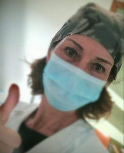 Ana sanchez Sempere con su traje de médico y mascarilla, haciendo un gesto de ok