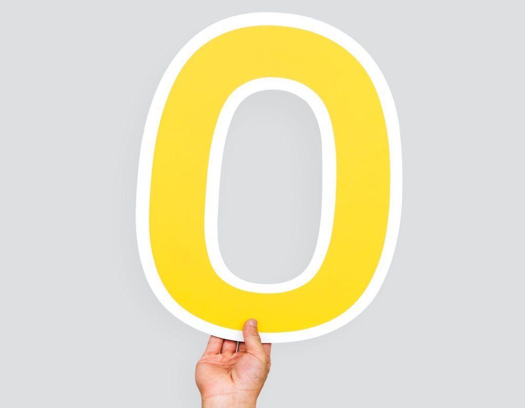 mano sosteniendo un número cero