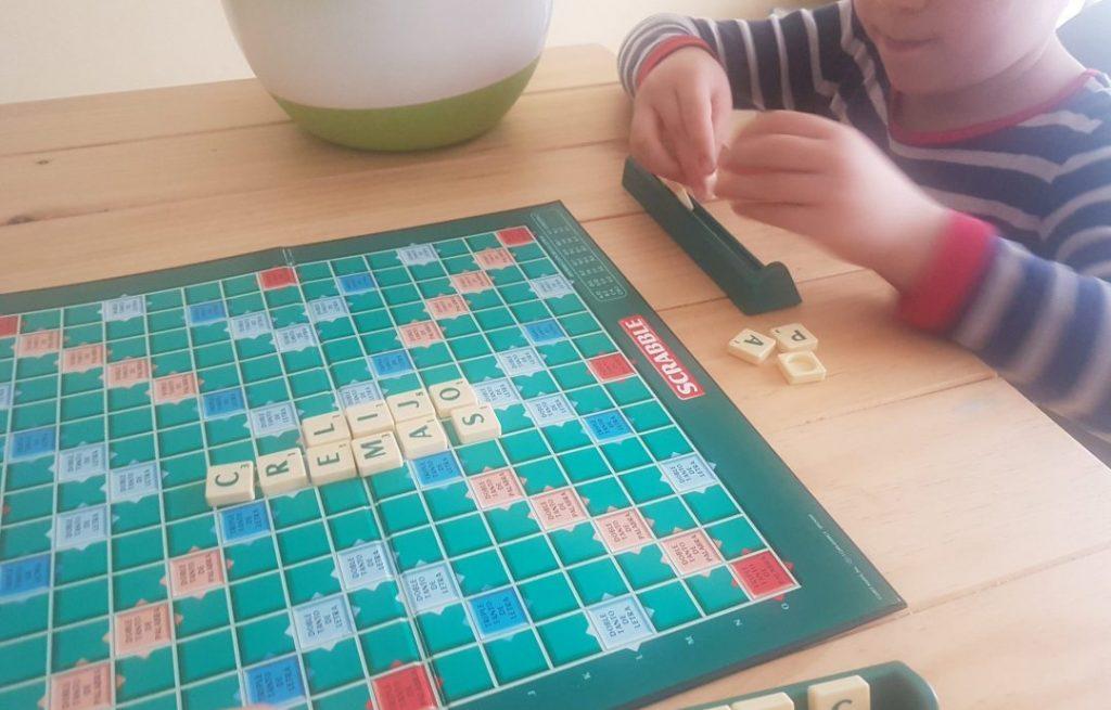 jugando a una partida de scrabble con mi hijo de 6 años