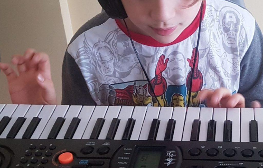 Mi hijo de 8 años tocando un teclado electrónico