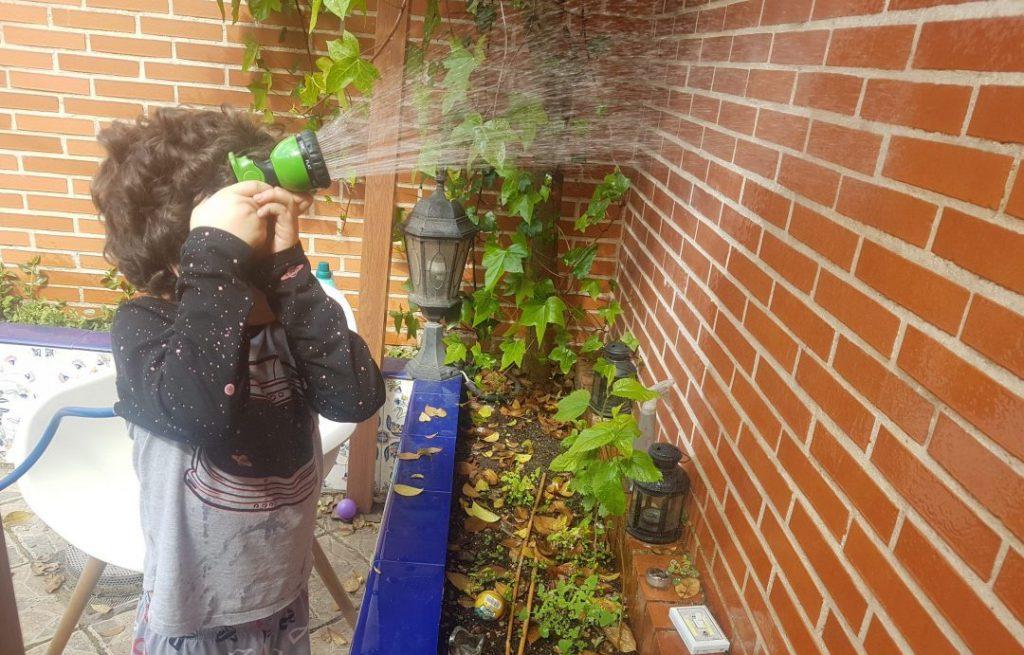 mi hijo de 6 años regando las paredes de la terraza