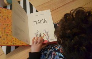 Mi hijo de 6 años leyendo el libro Mamá