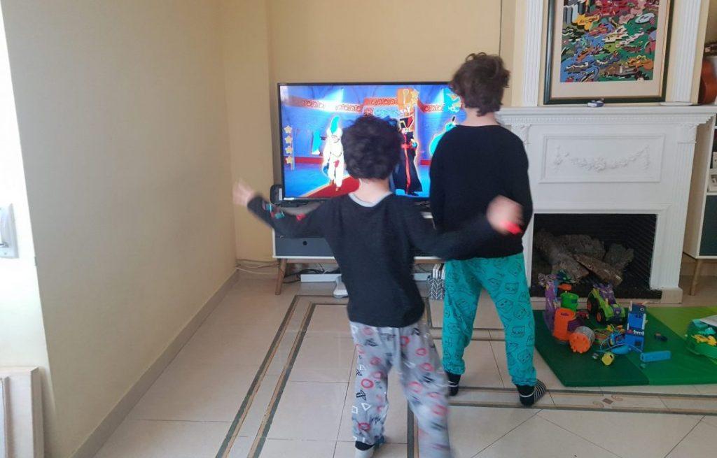 mis hijos bailando con Just dance de Nintendo Switch