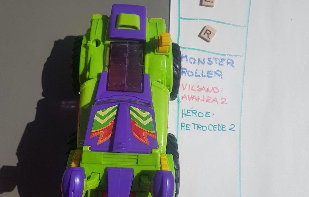 Monster Roller al lado de su casillero del tablero del juego de superzings DIY. Si cae un villano, avanza 2, si cae un héroe, retrocede 2.