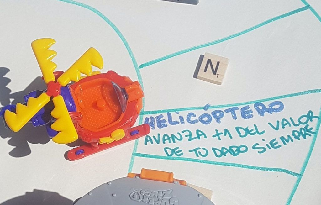 helicoptero al lado de su casillero donde indica que se avanza 1 casillero + del juego de superzings diy