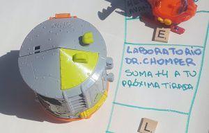 Laboratorio del Dr Chomper al lado del casillero correspondiente en el tablero del juego de superzings diy. Ahí dice que sumas +4 a tu próxima tirada
