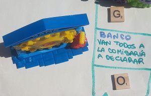 Banco al lado de su casillero del tablero del juego diy de los superzings donde dice: Van todos a declarar a comisaría