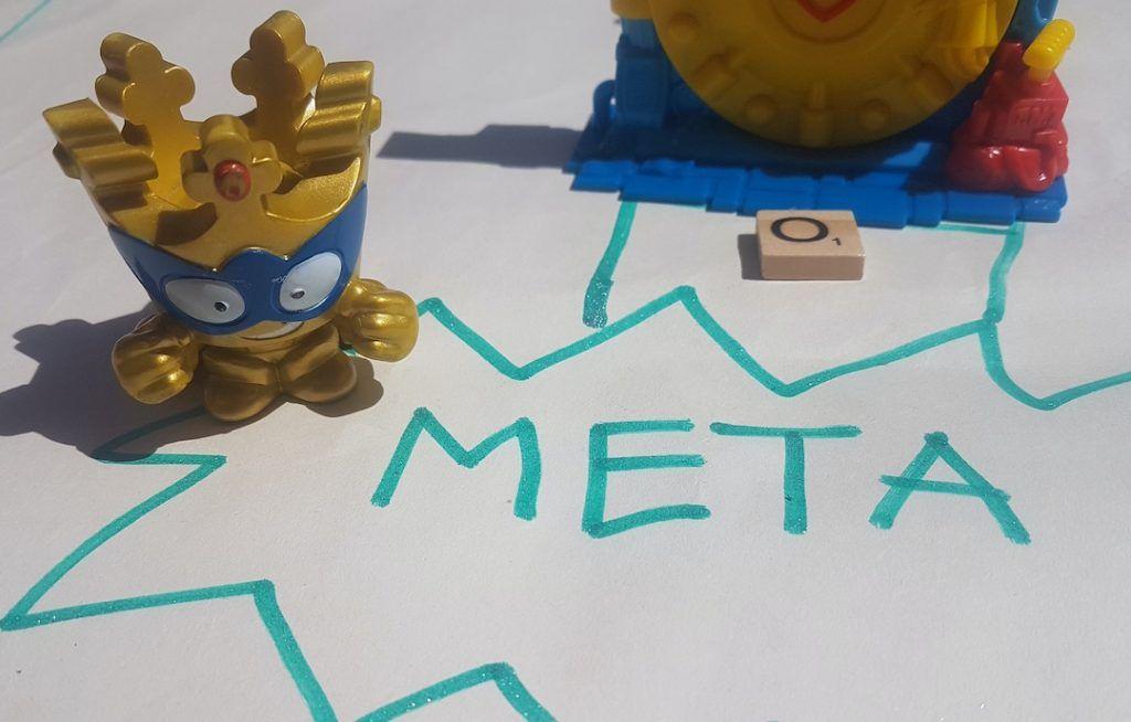 casillero de meta del tablero del juego de superzings diy con un superzing corona de oro gigante