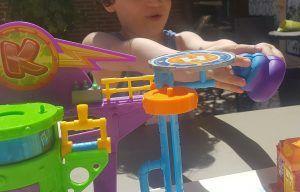 mi hijo de 6 años con un superzing y el smoshy caca feliz jugando a nuestro juego inventado de los superzings.