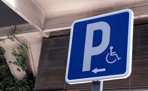 señal de plaza de aparcamiento reservada para personas con movilidad reducida