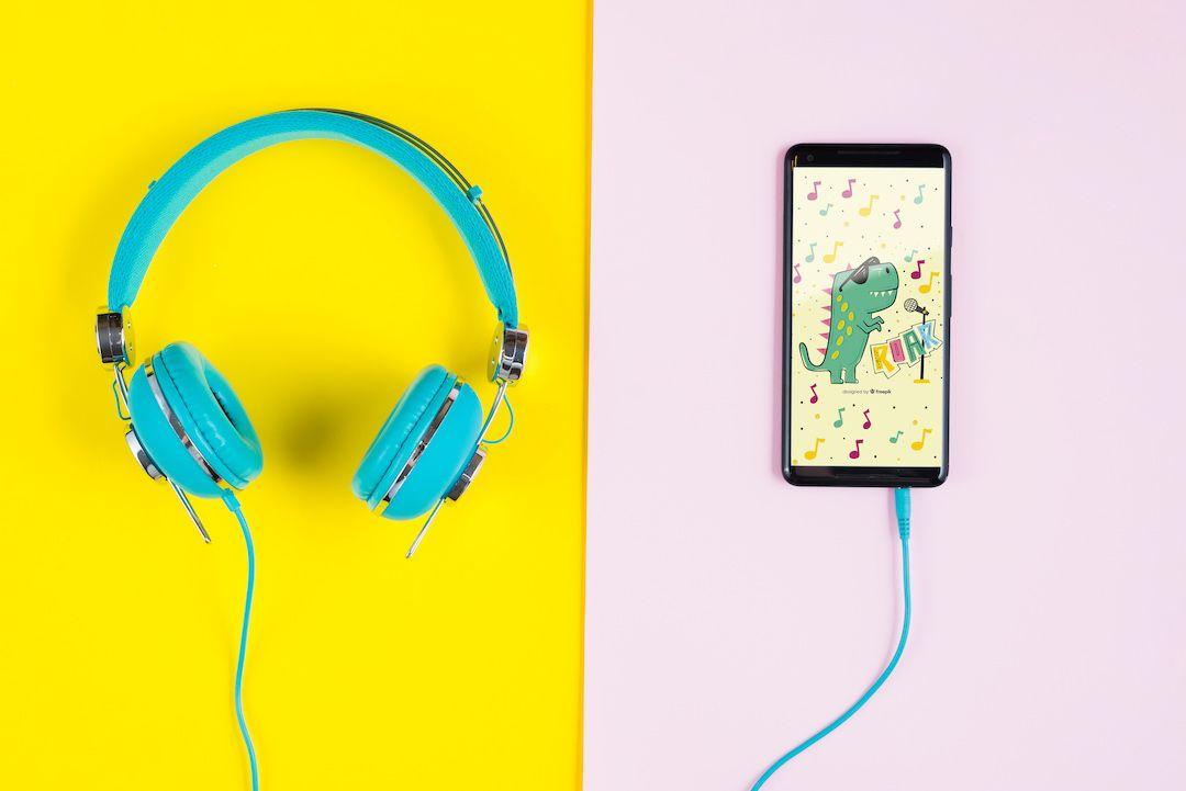 foto de unos auriculares conectados un movil donde se ve una ilustracion infantil
