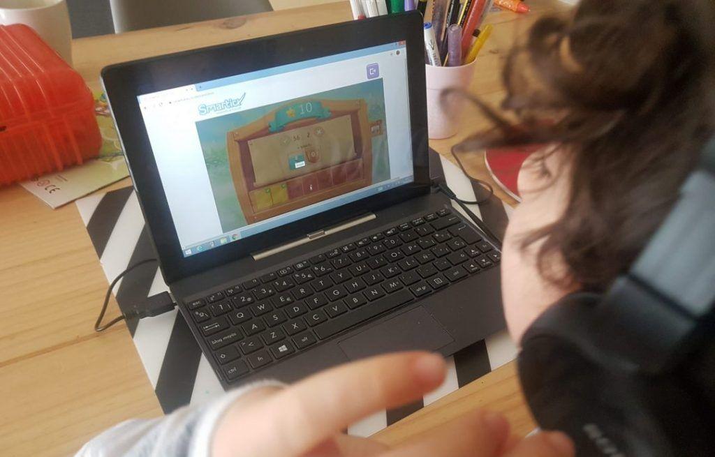mi hijo de 6 años durante una sesión de smartick