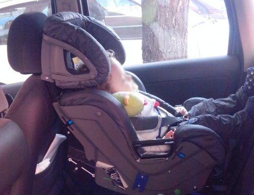 mi hijo en una silla a contramarcha durmiendo en el coche