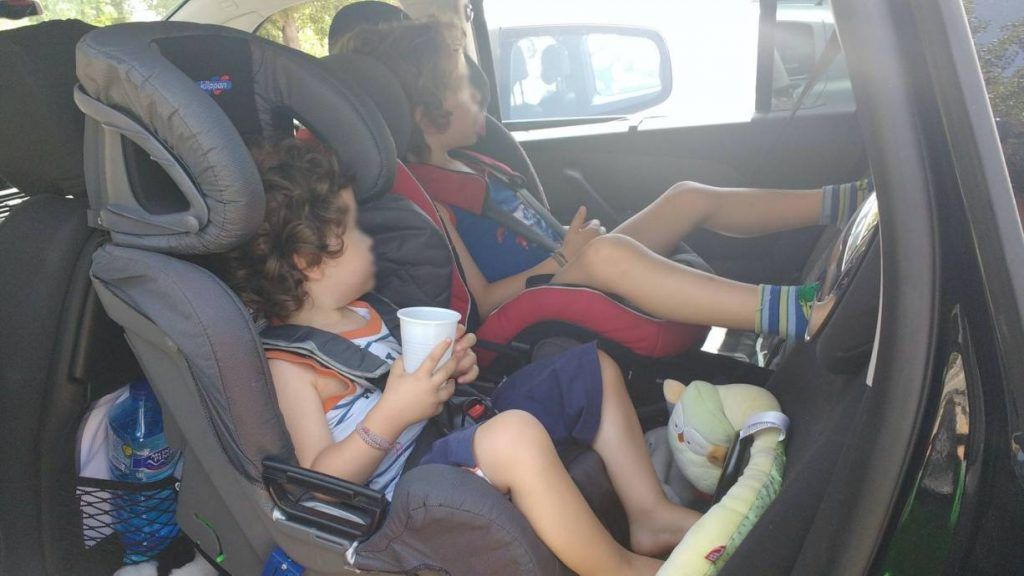 mis hijos con 2 y 4 años viajando a contramarcha en el coche