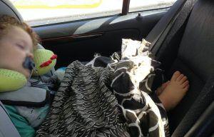 mi hijo mayor con 1 año, viajando a contramarcha tapado con un foulard