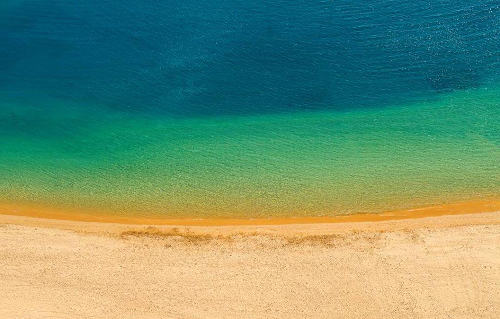 playa teresitas en tenerife, arena fina amarilla y mar de tonos verdes y azulados