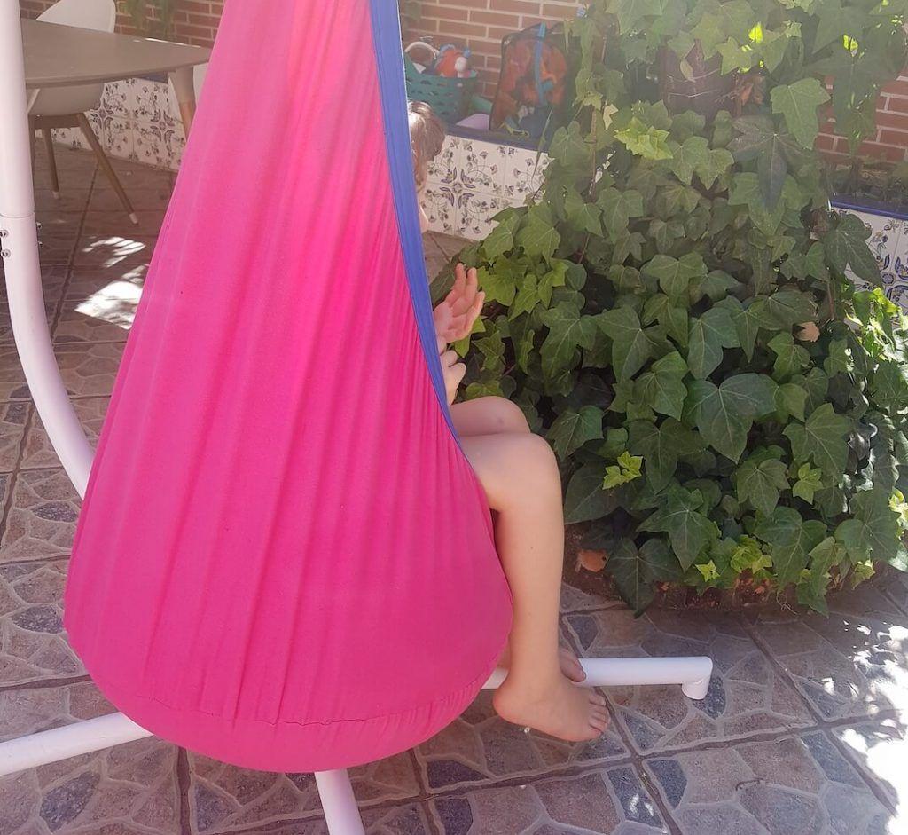 mi hijo de 8 años dentro del columpio colgante en la terraza