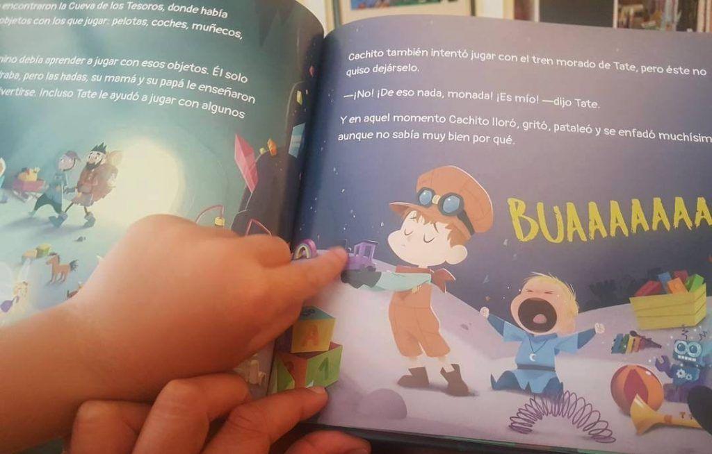 mi hijo señalando una ilustración interior del álbum ilustrado Cachito