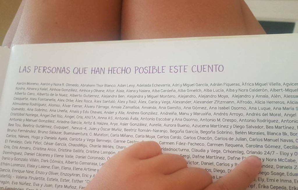 mi hijo señalando la página de agradecimientos del cuento Cachito, donde aparece Criando 24/7