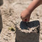 Jugar con arena en casa. Beneficios y posibilidades de un arenero infantil
